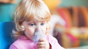 Zapalenie oskrzeli u dzieci - objawy i leczenie to coś, o czym myśli wielu rodziców. Jak nie przegapić istotnych sygnałów? (zdjęcie ilustracyjne)