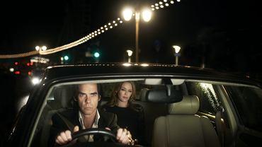 Nick Cave w filmie '20000 Days On Earth' zabiera Kylie Minogue na nocną samochodową przejażdżkę. W 1995 r. nagrali razem przebój 'Where the Wild Roses Grow', który trafił na album 'Murder Ballads'