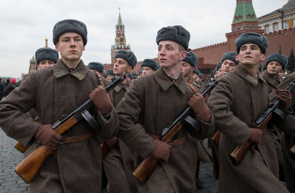 Żołnierze i komuniści na ulicach Moskwy