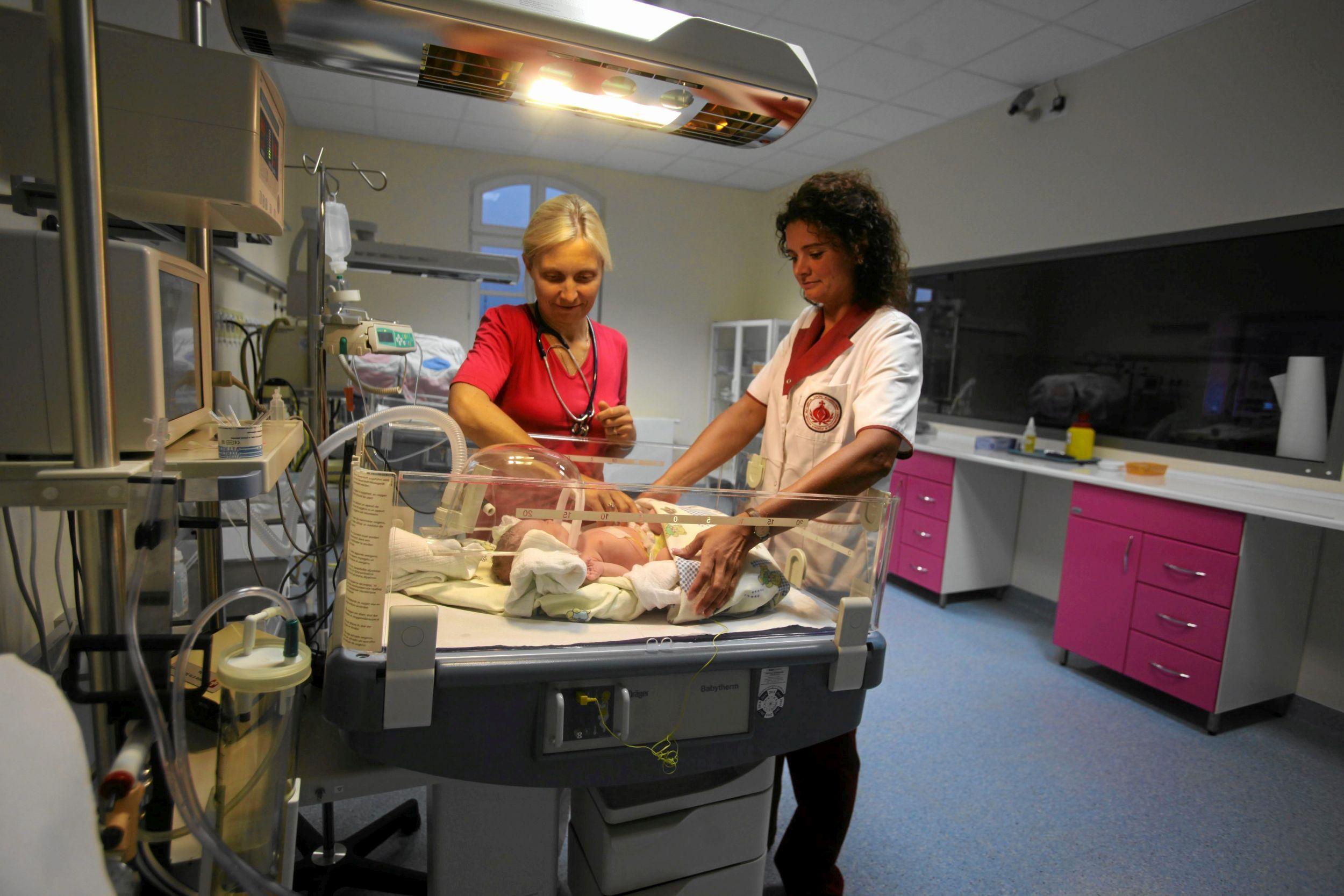 Dzieci urodzone metodą cesarskiego cięcia są mniej odporne, występuje u nich większe ryzyko np. chorób układu oddechowego (fot. Dawid Chalimoniuk / Agencja Gazeta)