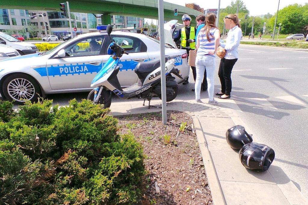 Zderzenie motoroweru z osobówką na rondzie Unii Europejskiej przy Galerii Mokotów
