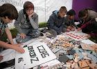 Dzieci z Targówka układają mozaiki, które zostaną wtopione w chodniki praskich parków