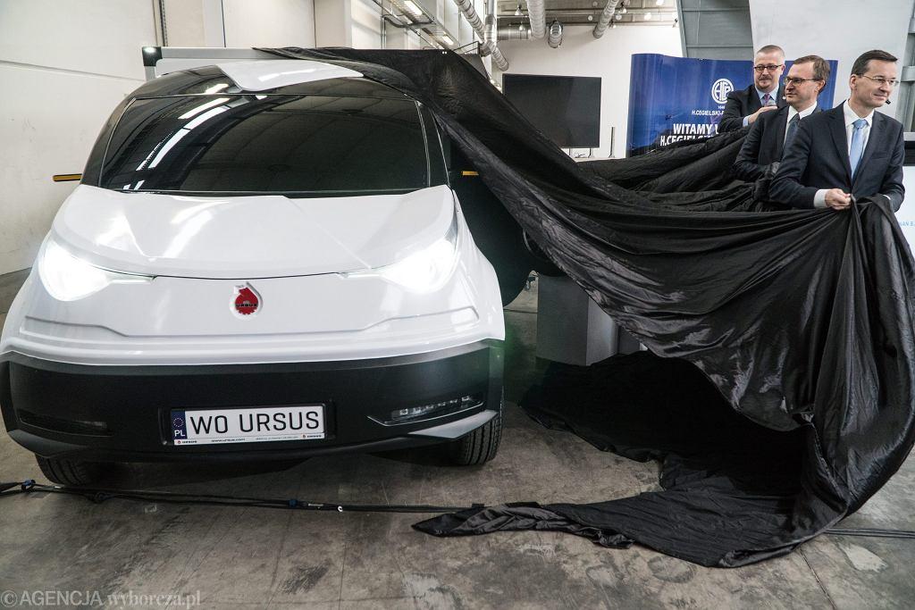 28.04.2017, Poznań, wicepremier i minister rozwoju Mateusz Morawiecki prezentuje plastikowy model elektrycznego samochodu Ursus Elvi.