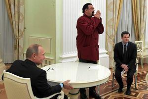 Władimir Putin wręczył rosyjski paszport Stevenowi Seagalowi