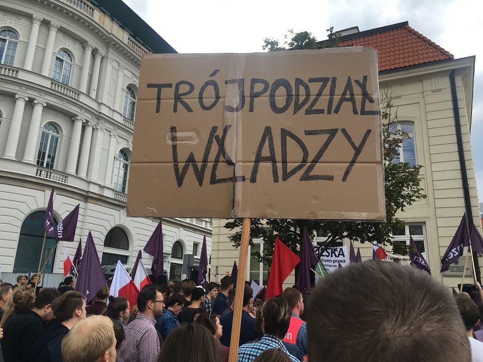 Protest w obronie Sądu Najwyższego na Krakowskim Przedmieściu zorganizowany przez Partię Razem