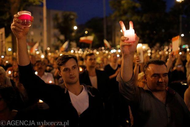 Zdjęcie numer 87 w galerii - Tłumy przed Sądem Okręgowym w Łodzi. Kolejny dzień protestów przeciwko zmianom PiS w sądownictwie [ZDJĘCIA]