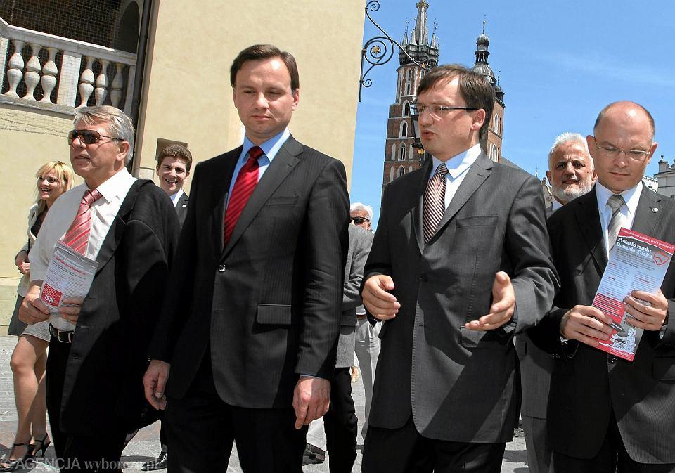 Andrzej Duda i Zbigniew Ziobro podczas wspólnej konferencji na Rynku Głównym w Krakowie, 2011 r. Tak dobre relacje mógł zepsuć tylko czyjś kosmiczny spisek...