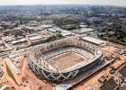 <b>Arena da Amazonia - Manaus.</b> 44 310 miejsc, arena czterech mecz�w, koszt: ok. 900 mln z�. W mie�cie - przedsionku najdzikszej d�ungli �wiata - Brazylia zorganizuje cztery mecze pi�karskie. Wszystkim b�dzie gor�co jak diabli, b�d� mieli k�opoty z oddychaniem, kibice po wyj�ciu z trybun rusz� w miasto Manaus licz�ce 1,8 mln mieszka�c�w, gdzie pope�nia si� o 25 proc. wi�cej zab�jstw ni� w ca�ej Polsce!  Pi�ka no�na w mie�cie nie nale�y do szczeg�lnie silnych. Manaus nie ma �adnej dru�yny graj�cej w og�lnokrajowych, profesjonalnych rozgrywkach! Ma�o tego, z ca�ego stanu Amazonas, w IV lidze (od niej zaczynaj� si� rozgrywki og�lnokrajowe) gra jeden klub