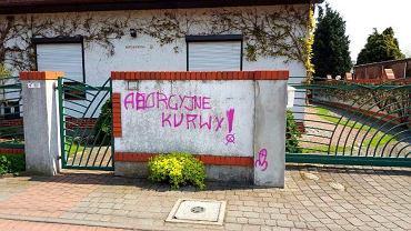 Wulgarny napis na płocie przed domem Joanny Jaśkowiak