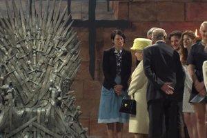 """Przywita�a si� z Cersei Lannister i dosta�a �elazny Tron - kr�lowa El�bieta na planie """"Gry o tron"""""""