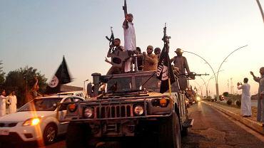 Członkowie ISIS podczas parady w Mosulu, 2014 r.