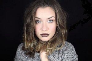 Imprezowy makija� inspirowany Kylie Jenner. Jak w��czy� do wiza�u br�zowe usta? [PORADNIK]
