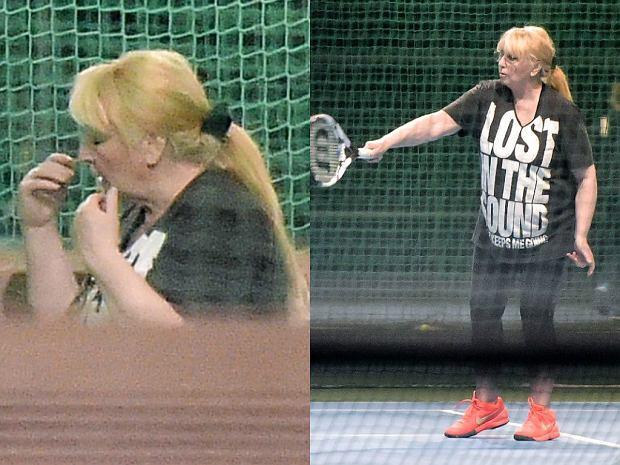 """Maryla Rodowicz dba o swoją formę i wygląd. 71-letnia artystka wybrała się na kort, gdzie pod okiem trenera szkoliła swoje umiejętności gry w tenisa. Piosenkarka w sportowym stroju (koszulka z napisem """"Zagubiona w dźwięku) dawała z siebie wszystko. Miała na sobie okulary, a pod nimi MOCNY makijaż oczu. Jak widać nawet podczas uprawiania sportu Rodowicz nie rezygnuje z szykownego wyglądu ;)"""