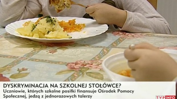 Skandal w szkole. Biedniejsze dzieci jedzą obiady z plastikowych talerzy