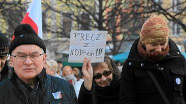 Demonstracja Komitetu Obrony Demokracji w obronie wolnych mediów. Wrocław, 9 stycznia 2016 r.