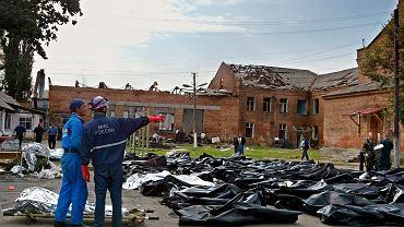 04.09.2004 Biesłan. Ratownicy przy ciałach ofiar ataku na szkołę.