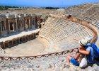 Turcja: Hieropolis i Pamukkale. Hieropolis le�y powy�ej wapiennych ska� s�ynnego Pamukkale, zwanego Bawe�nianym Zamkiem, kt�ry jest unikatem na �wiatow� skal�. Miejsce jest r�wnie popularne, co Kapadocja, to pozycja obowi�zkowa przy zwiedzaniu Turcji. Tutejsze wody termalne utworzy�y wapienne tarasy, po kt�rych mo�na chodzi� wy��cznie boso (chroni je nie tylko UNESCO, ale te� granice Parku Narodowego). Hieropolis jest staro�ytnym uzdrowiskiem, kt�re z w�d korzysta�o. Zachowa�y si� tu ruiny �a�ni i basen Kleopatry, a tak�e wiele innych zabytk�w. W swoich dziejach Hieropolis by�o dwukrotnie niszczone przez wielkie trz�sienie ziemi, po drugim razie opustosza�o na zawsze.