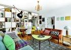 Ściana oddzielająca salon od przedpokoju zabudowana jest regałem ze sklejki (Intterno Home). Na półkach m.in. renesansowy krucyfiks i kolekcja bauhausowskich dzbanków. Pozostałe meble to vintage, w większości z lat 60.