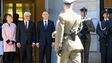 19 maja 2017 r. Prezydenci Polski i Niemiec Andrzej Duda i Frank Walter Steinmeier z małżonkami podczas ceremonii oficjalnego powitania przed Pałacem Prezydenckim w Warszawie.