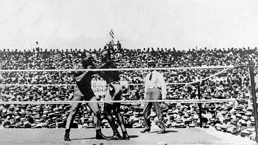 4 lipca 1910 r. w Reno w Nevadzie naprzeciw siebie stanęli Jack Johnson i Jim Jeffries, a ich pojedynek okrzyknięty został walką stulecia. Początkowo mieli walczyć w Kalifornii, ale trzy tygodnie przed terminem gubernator stanu James N. Gilette cofnął zgodę na to i organizatorzy przenieśli się do Nevady mającej dobrą komunikację ze wschodem i zachodem kraju. Słusznie spodziewali się, że ze wszystkich stron Ameryki przyjadą chętni chcący obejrzeć starcie gigantów. W Nevadzie nie było problemów ze zorganizowaniem walki czarnego z białym, a arena została zbudowana w niecałe trzy tygodnie.