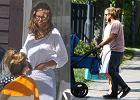Julia Pietrucha i Mateusz Janowski na spacerze z dzieckiem