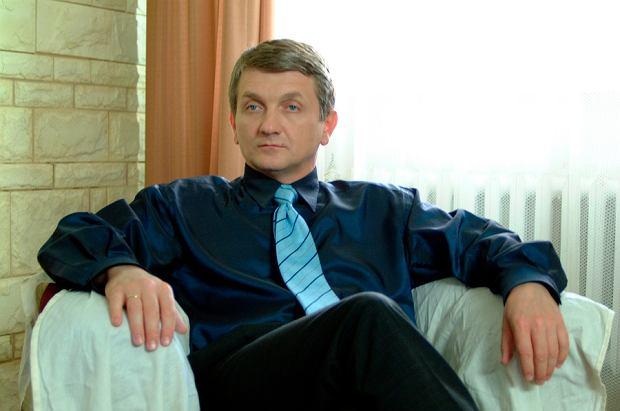 """Dariusz Kowalski, czyli serialowy Janusz Tracz, dziś nie rozstaje się ze swoimi wielkimi okularami. Przez nie ciężko nam było rozpoznać biznesmena z """"Plebanii""""."""