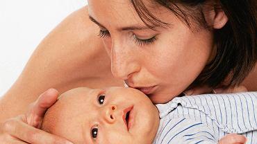 Cierpiącemu dziecku pomaga bliskość i spokój rodziców.