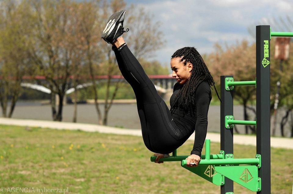 Debora Saleh ćwiczy street workout w plenerowej siłowni nad Wisłą
