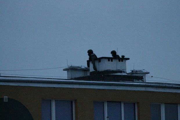 Policyjni antyterroryści na dachu bloku, w którym zabarykadował się 32-latek