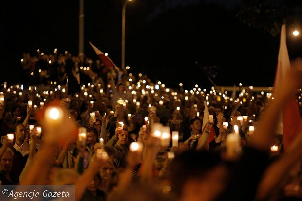 Zdjęcie numer 86 w galerii - Tłumy przed Sądem Okręgowym w Łodzi. Kolejny dzień protestów przeciwko zmianom PiS w sądownictwie [ZDJĘCIA]
