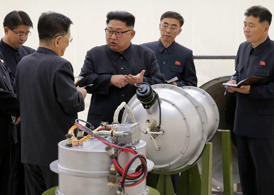 Satrapa Kim Dżong Un w otoczeniu wojskowych. Fotografia rozpowszechniana przez północnokoreańskie źródła rządowe - według tamtejszej propagandy przedstawia element bomby nuklearnej. Czas i miejsce spotkania nieznane