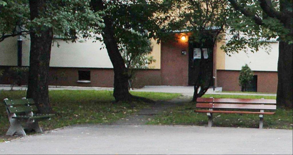 Ławka stała na podwórku przy ul. Miłej 22 i Niskiej 27. Mieszkańcy walczą o jej powrót.
