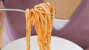 Jeśli masz ochotę na makaron, przygotuj go z sosem pomidorowym. Jest źródłem likopenu, który wzmacnia odporność, wymiata wolne rodniki, chroni przed rakiem i zawałem