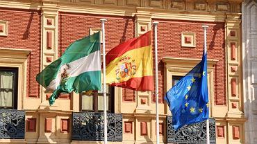 Sewilla w Hiszpanii. Flagi Andaluzji, Hiszpanii i Wspólnoty Europejskiej przed Pałacem San Telmo, siedzibą autonomicznego rządu Andaluzji.