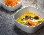 Bulion rybny z kawa�kami karasia i lina, chrustem marchwiowo-pietruszkowym i chlorofilem