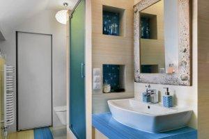 Wanna w łazience na poddaszu - kąpiel w błękicie