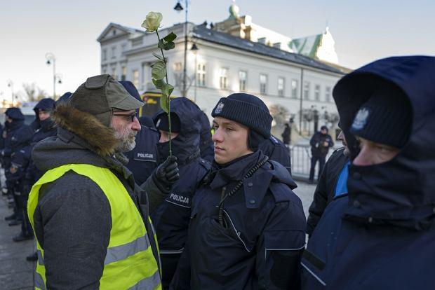 Miesięcznica nr 82: protestuje Wojciech Kinasiewicz z Obywateli RP. 10 lutego 2017 r., Krakowskie Przedmieście w Warszawie