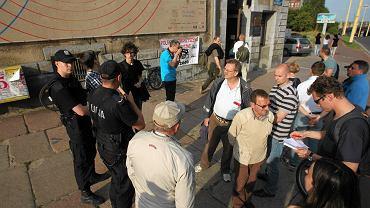 Grupka prawicowców przed Teatrem Kana