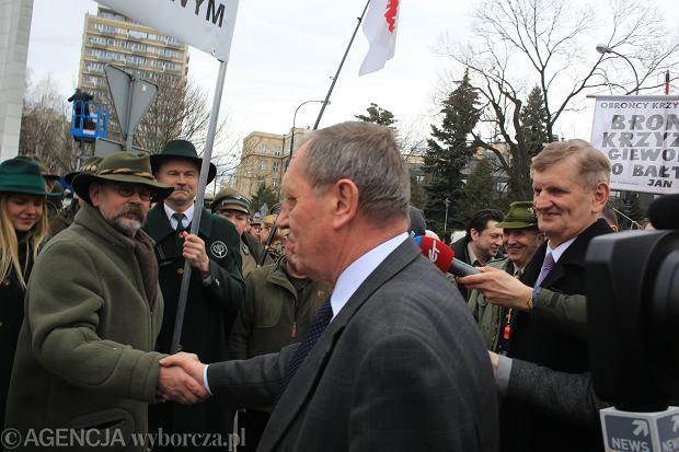 """Leśnicy """"spędzani"""" na wiec poparcia Szyszki i do Rydzyka? Mamy odpowiedź Lasów Państwowych"""