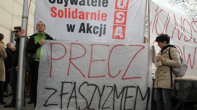 'Klątwa' - demonstracje pro i anty przed Teatrem Powszechnym w Warszawie