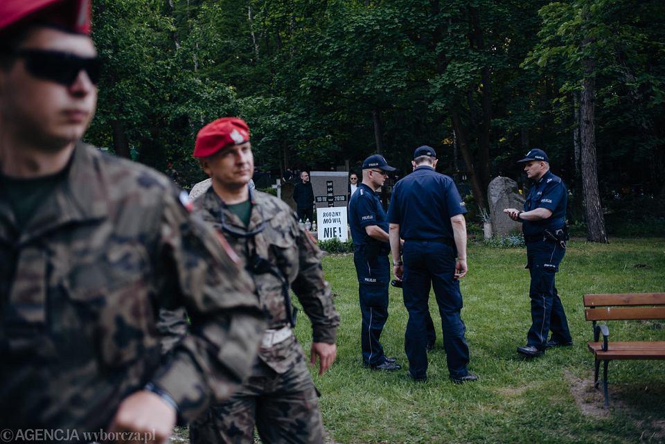 Ekshumacja zwłok Arkadiusza Rybickiego, który zginął w 2010 roku w katastrofie pod Smoleńskiem. Prokuratura przeprowadza ekshumację wbrew woli rodziny. Władze zablokowały dojazd autobusami, a teren obstawiono funkcjonariuszami żandarmerii wojskowej i policji. Gdańsk, Cmentarz Srebrzysko, 15 maja 2018