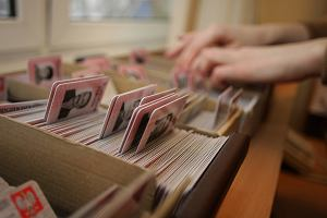 Dowód osobisty klienta banki sprawdzają w bazie dokumentów zastrzeżonych. Jeśli nie widnieje w tej bazie jako skradziony, mogą założyć konto lub udzielić pożyczki