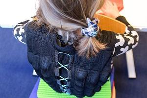 W Niemczech wiercące się dzieci siedzą w kamizelkach z piaskiem. Dobra metoda czy tortura?