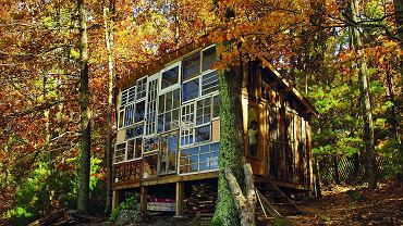 Dom Zachodzącego Słońca w Wirginii Zachodniej został zbudowany przez Lilah i Nicka ze starych okien znalezionych na wysypiskach. Rozbiórkowe drewno pochodzi ze stodoły, która niegdyś stała na terenie posesji. Fot. Lilah Horwitz i Nick Olson