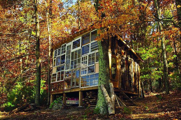 """Chata-samotnia w lesie - o tym marzy coraz więcej osób. """"Domki z lat 70-tych można łatwo przebudować"""""""