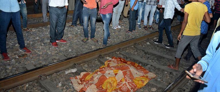Indie. Rozpędzony pociąg wjechał w grupę ludzi stojącą na torach. Kilkadziesiąt ofiar
