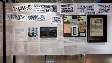 Studenckie ulotki i plakaty. Muzeum Polin, wystawa 'Obcy w domu'.