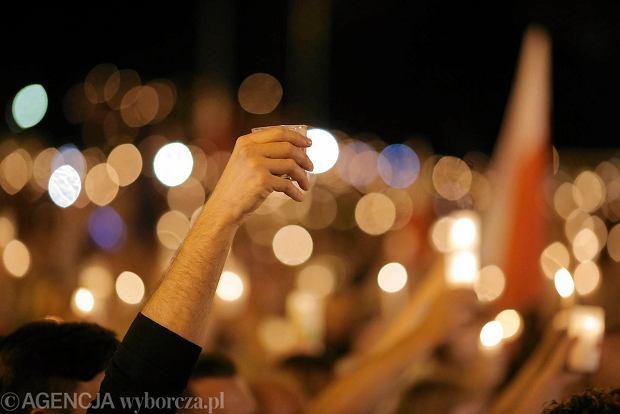 Zdjęcie numer 85 w galerii - Tłumy przed Sądem Okręgowym w Łodzi. Kolejny dzień protestów przeciwko zmianom PiS w sądownictwie [ZDJĘCIA]