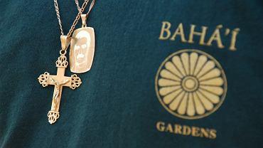 Bahaickie symbole w światowym centrum bahaizmu na Górze Karmel w pobliżu Hajfy.