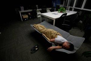 To nie są zwykłe nadgodziny. Ci Chińczycy dosłownie mieszkają w pracy - śpią, jedzą i myją się w biurach